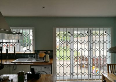 RETRACTABLE-GRILLES-FITTED-IN-KITCHEN-001